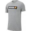 Camiseta Nike NSW Swoosh Gris